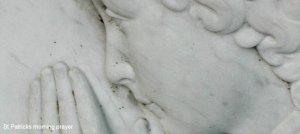 praying-statue 950 425 text